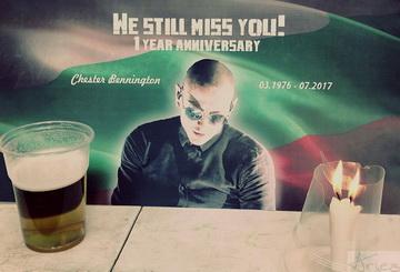 Българските фенове отбелязаха една година от смъртта на Chester Bennington